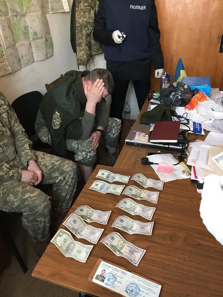 На Харківщині на хабарях у 50 тис доларів погоріли податківці і військкомат