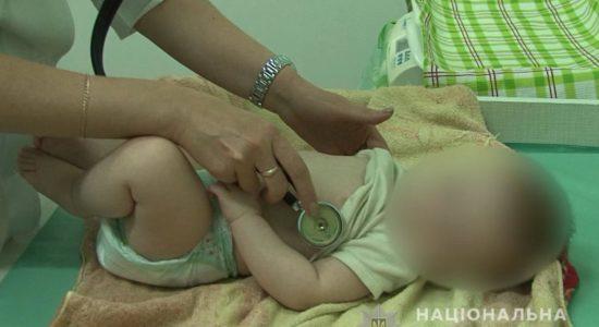 На Луганщині у горе-матері вилучили 7-ми місячне немовля, син якої випав із балкону