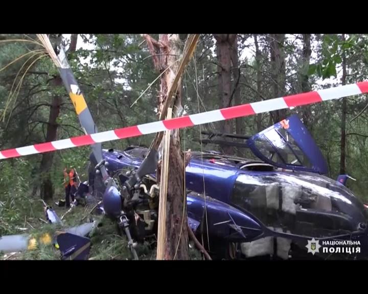 У Києві впав цивільний вертоліт. Пілоти дивом вижили