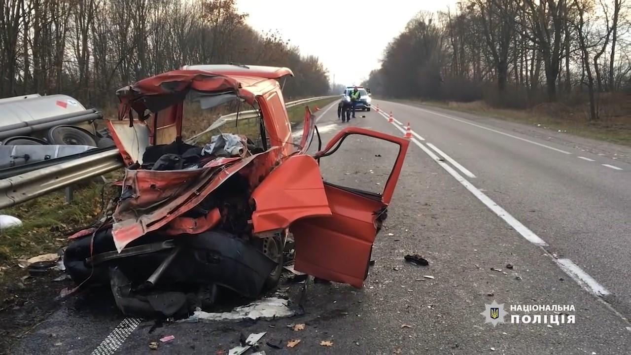 ДТП на Рівненщині Мікроавтобус зіткнувся з бензовозом, троє загиблих