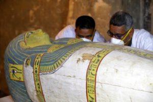 У Єгипті відкрили саркофаг з неушкодженою мумією всередині (відео)