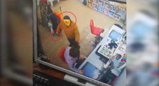 Продавці магазину затримали грабіжника із сокирою та в дитячій масці