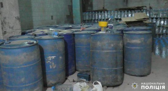 Сотні діжок, пляшок і ємностей з ароматизаторами - на Миколаївщині накрили виробництво алкоголю