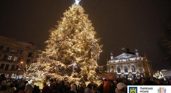 У Львові запалили ялинку майже не прикрашали іграшками