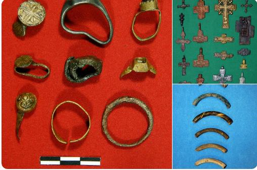 Ювелірні вироби, хрестики, скляні браслети знайшли під Поштовою площею
