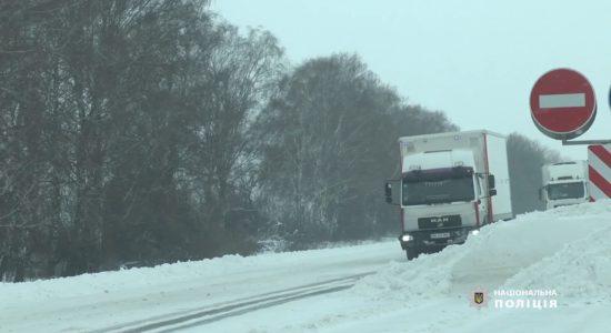 За перші дві доби снігопадів вивільнено близько 650 автомобілів зі снігових заметів