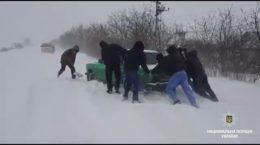 На Донеччині десятки машин потрапили у сніговий полон