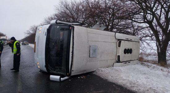 На миколаївській трасі перекинувся пасажирський автобус, є постраждалі