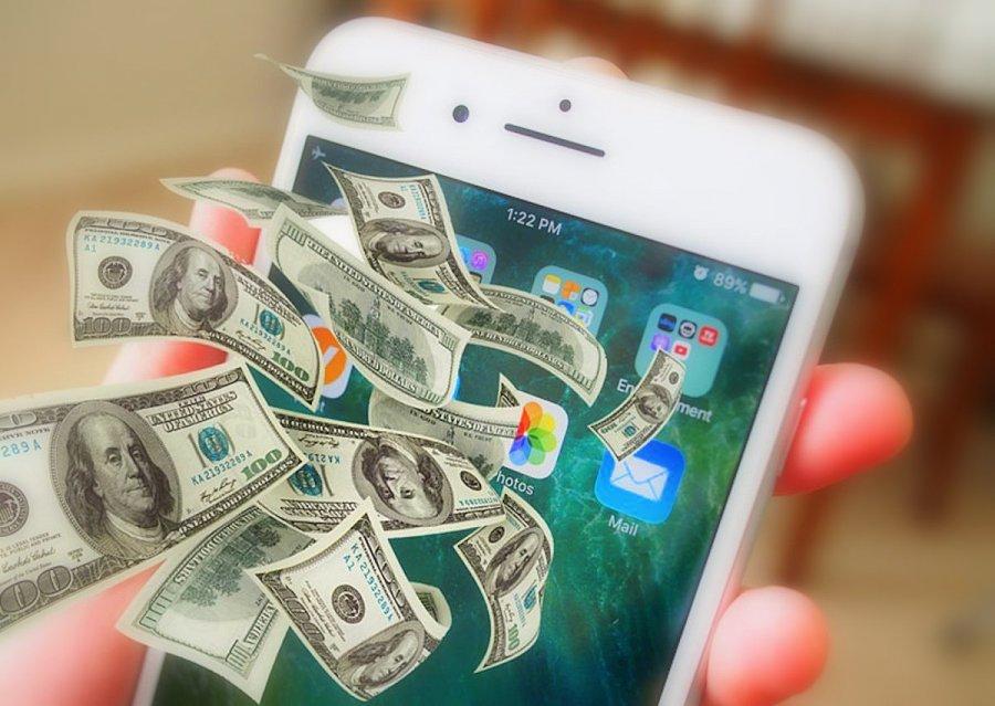 ПриватБанк відкриє функцію продажу валюти через мобільний додаток Privat24 з 7 лютого 2019 року разом із введенням в дію закону «Про валюту та валютні операції». Про це повідомив керівник електронного бізнесу ПриватБанку Сергій Харітіч. За його словами, перезапуск сервісу онлайн-обміну валют дозволить клієнтам миттєво купувати й продавати долари США та євро для зарахування на валютні картки або депозити з банківських карток у гривні в рамках встановленого НБУ ліміту до 150 тис. грн на добу. При цьому, за словами Сергія Харітіча, в онлайн-обміннику клієнти банку купуватимуть переважно не більше 1 тис. доларів США на добу. Нагадаємо, в лютому ПриватБанк запропонує активним користувачам мобільного Privat24 протестувати принципово нову версію Privat24 для iOS та Android, яку буде запущено паралельно з поточними додатками. Насамперед новий Privat24 стане відкритою платформою для клієнтів усіх українських банків, які отримають можливість додавати свої картки в гаманець для здійснення платежів.