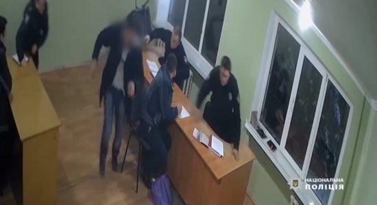 У Сумах п'яний чоловік вдарив поліцейського стільцем
