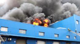 У Києві більше доби боролися з пожежею на понад 10 тис. кв. м