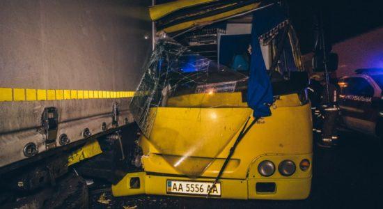 У Києві маршрутка зіткнулася із припаркованою вантажівкою, 8 постраждалих
